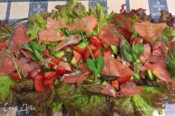 Украсить салат побегами зеленого горошка.