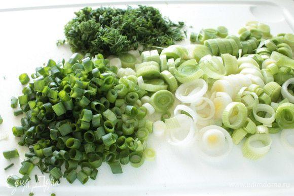 Нарезать зелень.Лук-порей слегка обжарить с одной-двумя столовыми ложками растительного масла в течении 1-2 минут,что бы он слегка обмяк,остудить.