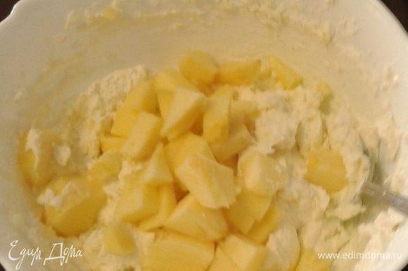 Яблоко очистить от кожуры и семян порезать кубиками, смешать вместе с творожной массой.