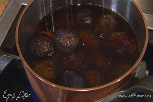 Влить яблочный сок, 50 мл воды, добавить сахар, кардамон и прогревать на небольшом огне минут 20, пока сливы не разварятся.