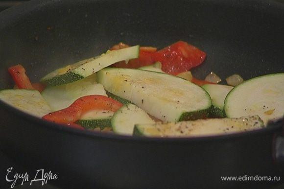 Выложить к овощам кабачок, немного посолить, поперчить и перемешать, затем уменьшить огонь и жарить 2–3 минуты.