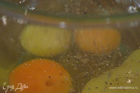 Яйца разбить в глубокую посуду, посолить, поперчить и взбить вилкой.