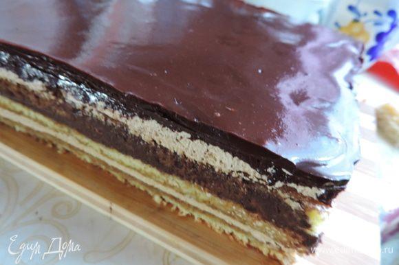 На поверхность торта ее желательно процедить через мелкое ситечко и ничем не трогать. Она должна растечься сама и сгладить все неровности. Снова убираем торт в холодильник. На этот раз до утра. Утром освобождаем торт от рамки. Если собирали без нее, значит острым ножом надо аккуратно обрезать бока торта. Нож надо предварительно нагреть в горячей воде и вытереть салфеткой! И так перед каждым срезом, чтоб они были аккуратными.