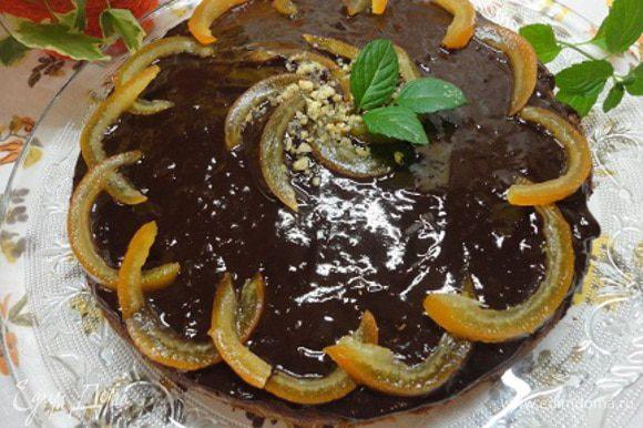 Остывший кекс покрыла глазурью. Для этого растопила на водяной бане шоколад со сливками. Я сделала это, чтобы добавить осенних красок - коричневый шоколад и желтые цукаты собственного изготовления. И, знаете, получилось вкусно!