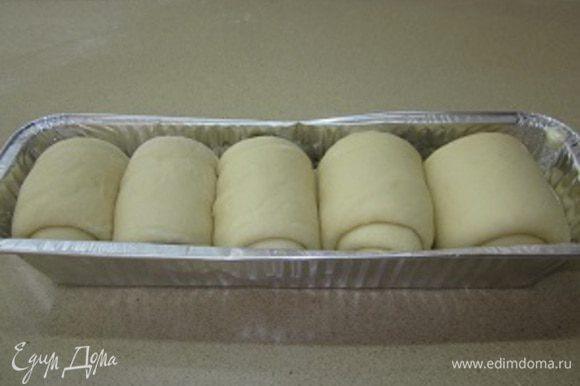 Готовые улитки выкладываю в смазанную растительным маслом форму, прикрываю чистой тряпочкой и убираю в шкафчик минут на 20-30 для окончательной расстойки.
