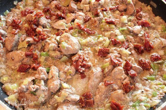 Нарезанные кусочками вяленые томаты, кусочек лаврового листа и, помешивая, тушить еще минут четыре-пять, выключить огонь, накрыть крышкой и дать блюду немного настояться.
