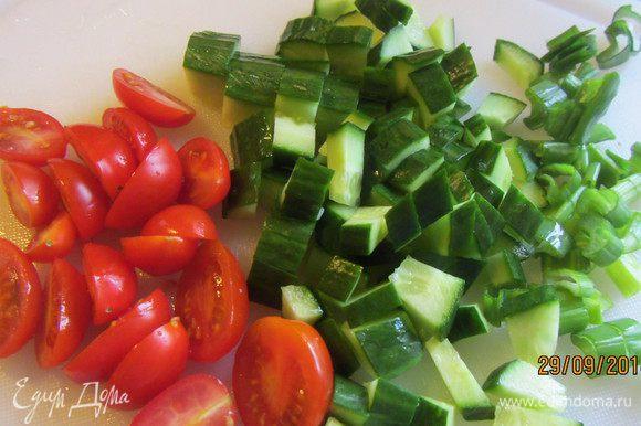 Пока чечевица варится, подготовим остальные продукты. Лук режем мелко (у меня было немного шнитт-лука), огурцы кубиками, и перец также.