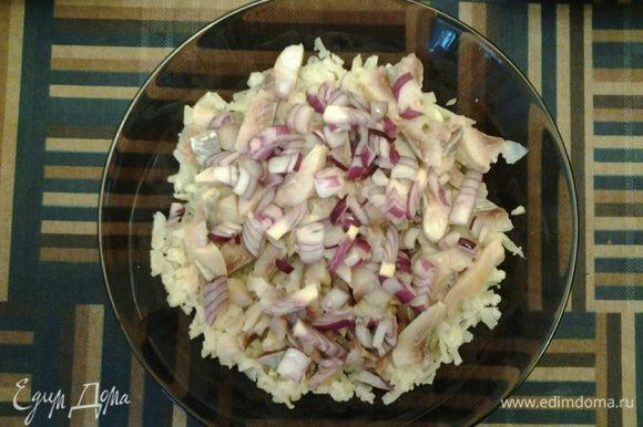 Итак, все подготовлено, можно начинать слоить =) Берем терку крупную. Первым слоем на дно салатника трем картофель. Затем выкладываем часть селедки, сверху - лук. Поливаем небольшим количеством растительным маслом.