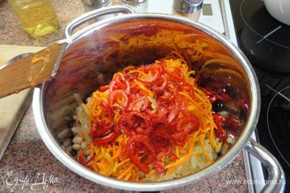 И теперь перец поджарить на растительном масле и выложить поверх моркови. Теперь можно все перемешать.