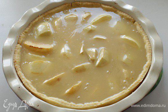На горячий корж с яблоками выльем смесь, уменьшим температуру до 150С и будем печь 40 минут