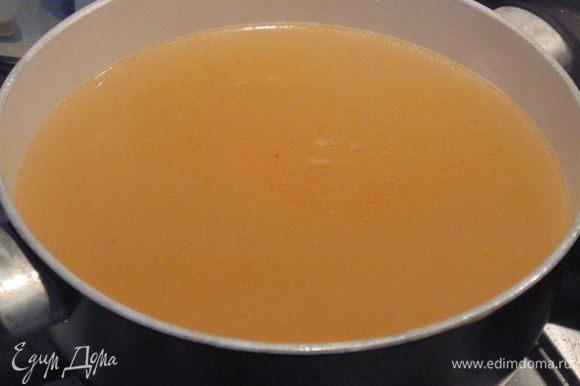 Бульон процедить. Бульон нам нужен горячий! Вот какой он красивый, благодаря креветкам!
