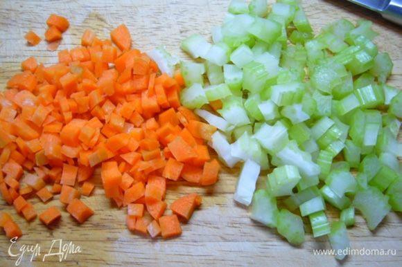 Сельдерей и морковь порезать мелкими кубиками.