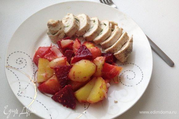 Когда все будет готово то кладу на тарелку овощи, рядом нарезанный рулетик и все, приятного аппетита)