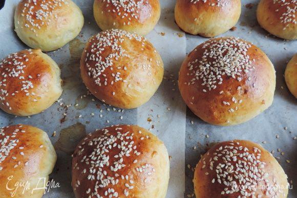 Ставим булочки в разогретую до 180-190 градусов духовку. Выпекаем булочки 20-25 минут до золотистого цвета. Ориентируйтесь по своей духовке.