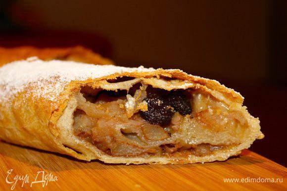 Кушать, конечно же, в тёплом виде. Тесто хрустящее сверху и мягкое внутри, сохраняется слоёность. Оказывается штрудель очень лёгкий десерт, сложнее писать, чем готовить.