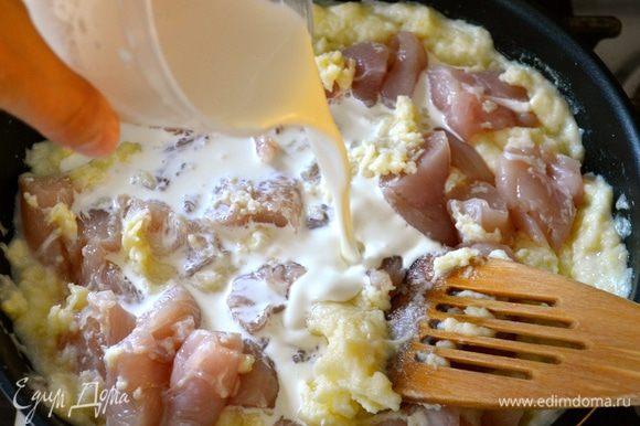 Добавить в соус кусочки курицы, влить сливки. Посолить, поперчить по вкусу. Как следует перемешать и готовить на небольшом огне около 15 мин.