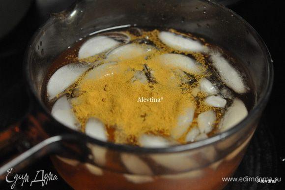 Вылить в емкость яблочный уксус 2 стакана и 1 стакан льда или холодной воды. Добавить соль, мед, корицу. Как соль и мед разойдутся ,перелить в большую емкость и добавить лед пищевой 2 стакана.