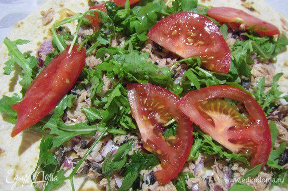 На лепешки выкладываем салат из тунца. сверху салатный микс и пару долек помидорами. Сворачиваем их, разрезаем напополам и подаем.
