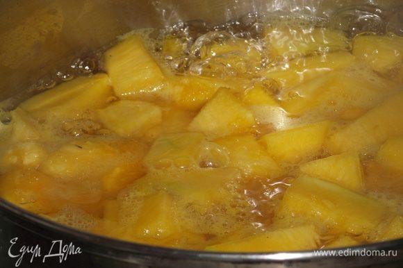 Из воды и сахара готовим сироп — доводим до кипения и варим 1-2 минуты, отправляем в него тыкву и бланшируем 5-7 минут до мягкости тыквы.