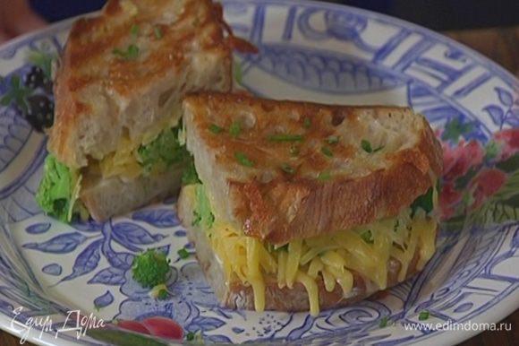 Обжаренный бутерброд посыпать оставшимся шнитт-луком.