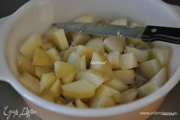 Картофель отварить, очистить, порезать на кубики.
