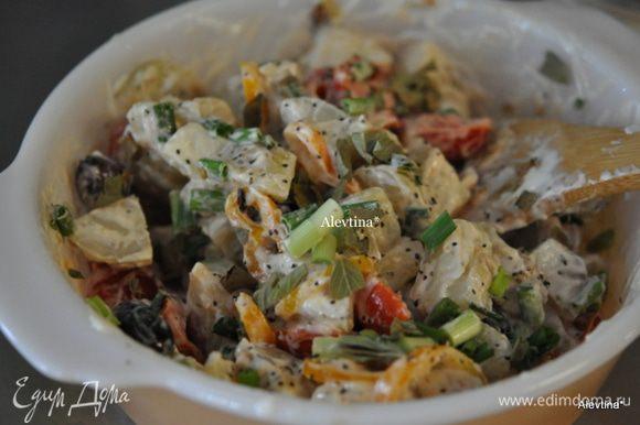 Смешать в 1/2 стакане майонеза, добавить лук порезанный с перцем и томатами, зеленые перья, оливки, базилик.
