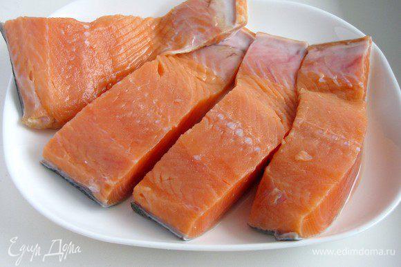 Филе лосося разрезать на порционные кусочки.