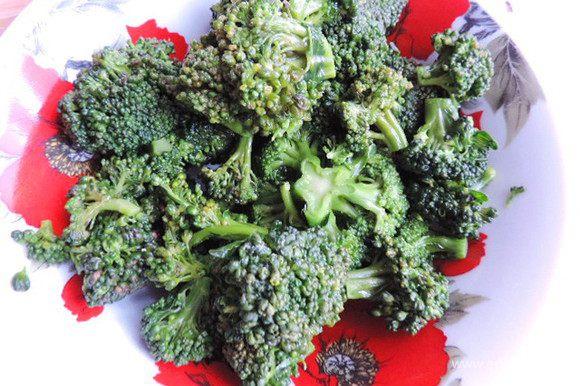 Сначала подготовим брокколи. Разберем ее на соцветия. В рецепте указан вес именно соцветий. Отварим 5 минут в подсоленной кипящей воде. Откинем на дуршлаг, дадим стечь жидкости.