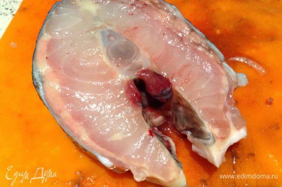 Рыбу вымыть, нарезать на куски, а потом снять шкуру (с большого куска очень сложно снять шкуру).
