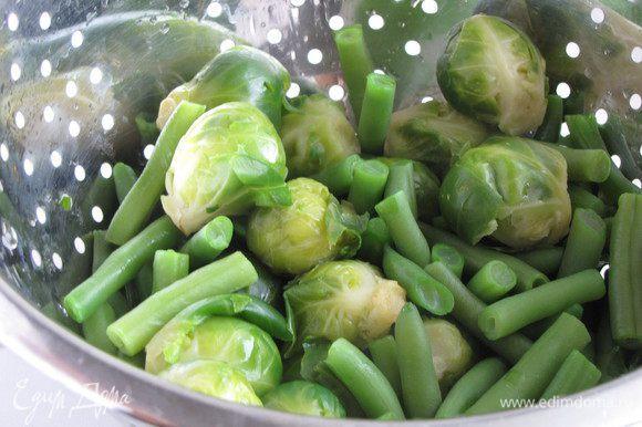 Отварить брюссельскую капусту в кипящей подсоленной воде 6 минут. В той же воде сварить фасоль 4-5 минут.