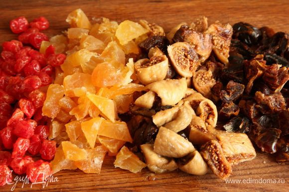 Нарезаем крупными кусочками персики, финики, инжир.