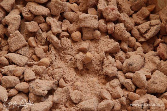 Орехи разрезаем пополам, добавляем вяленую вишню и нарезанные сухофрукты и смешиваем с какао-мучной смесью.