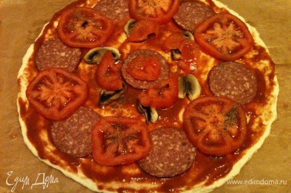Поверх укладываем очищенный предварительно и тонко нарезанный томат.