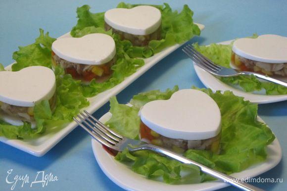 Выложить на блюдо на листья зеленого салата. Подавать с горчицей, хреном или с соусом из смеси хрена и майонеза.