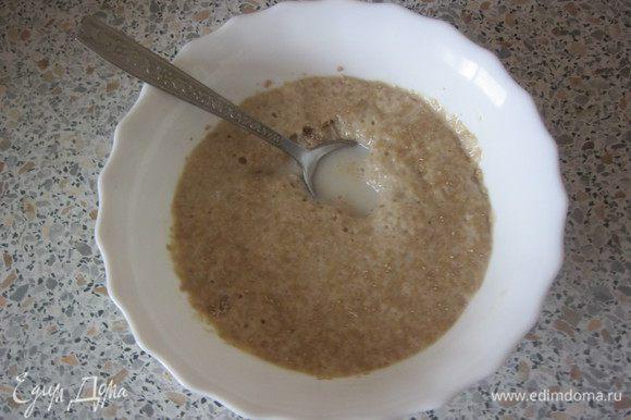 В теплом молоке развести дрожжи, оставить на 15-20 минут.