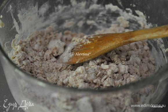Порезать сливочное масло на кусочки. Выложить поверх смешанной муки. Пальчиками разминаем в крошку содержимое или рубим специальным приспособлением. Добавляем молоко 1/2 стакана и яйцо слегка взбитое, протертый сыр пармезан.