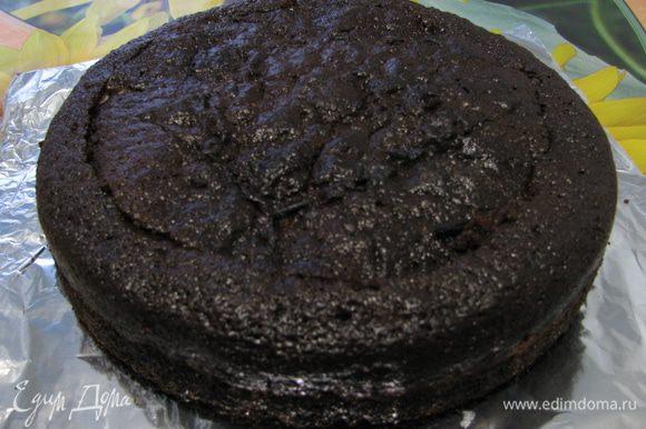 Делаем торт по рецепту http://www.edimdoma.ru/retsepty/22929-tort-ch-b-tryufel , за исключением нескольких моментов сердцевину не всю пускаем на конфеты а отрезаем крышечку,чтобы закрыть наш тортик.