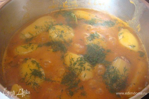 Подлива: в сковороде разогреть масло +морковь на терке и лук порезать,обжарить +муку перемешать 6 ст.л.+томатную пасту 2 ст.л.,все обжарить.Тем временем в кастрюле закипает вода 1.200 л. добавляем нашу обжарку,хорошо перемешать и выложить картофель+специи по вкусу.Подлива должна покрыть картофель. По окончании готовки можно +свежию зелень. Готовим 30 минут.