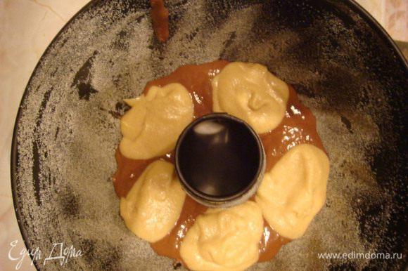 На дно формы ровным слоем шоколадное тесто (небольшое кол_во, только покрыть форму) и светлое ложечками на светлое темное и т.д.