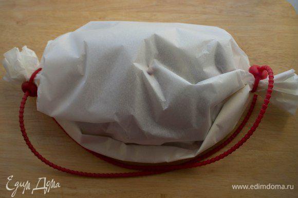 """Положить подготовленную рыбу на лист пергамента, сложенный вдвое, и хорошо """"запеленать"""". Для закрепления я использую силиконовые шнуры. Запекать в предварительно разогретой до 200 градусов духовке в течение 15 минут. Затем пергамент разрезать сверху и оставить в духовке еще на 4-5 минут. Подавать с ломтиком лимона. Приятного аппетита!!!"""