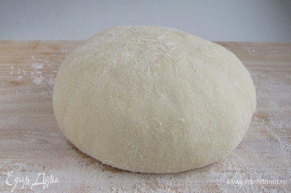 Йогурт соединить с большей частью муки, 1 ст. л. размягченного сливочного масла, сахаром, разрыхлителем и солью. Перемешать все ложкой. Влить молоко, добавить немного муки и вымешивать тесто 5 минут руками, чтобы оно получилось гладким и эластичным. Затем оставить на 5-10 минут в теплом месте.