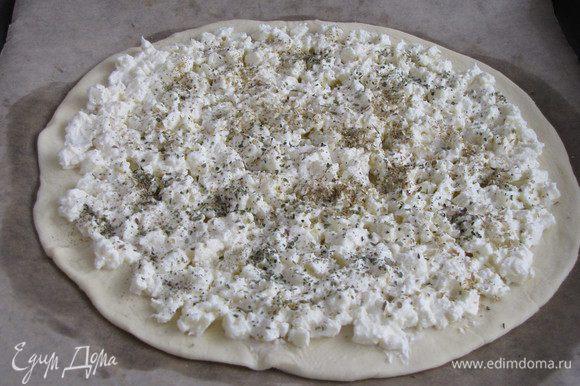 Посыпать орегано, сбрызнуть оливковым маслом.