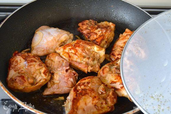 В большой сковороде разогреть оливковое масло достать куски курицы из маринада и обжарить с двух сторон до золотистого цвета.