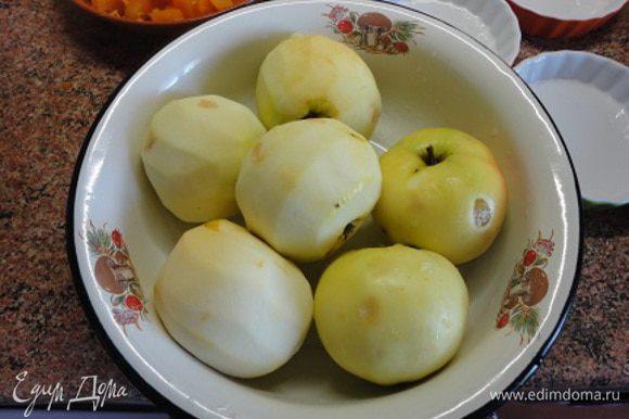 Яблоки очистить от кожицы и сердцевины и нарезать дольками, сбрызгивая лимонным соком, чтобы они не потемнели.
