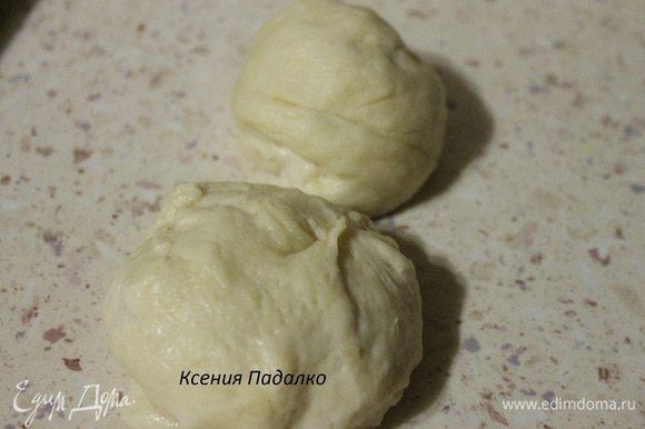 От теста отщипываем два почти одинаковых кусочка, один размером с яйцо, второй размером с яблоко.