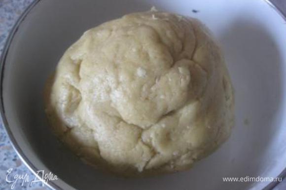 Скатать тесто в шар, завернуть в полиэтиленовую пленку и убрать в холодильник, минимум, на 1 час.