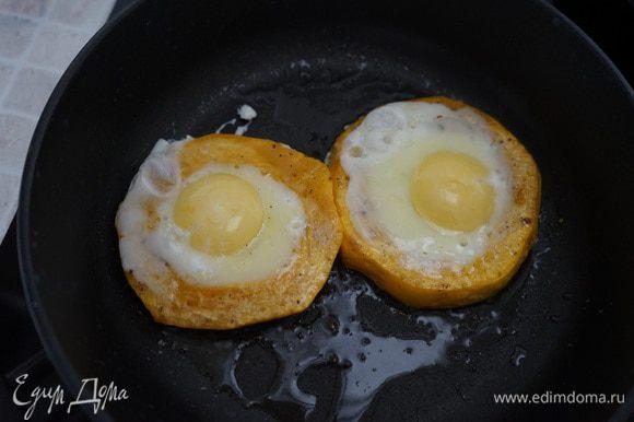 Убираем крышку, разбиваем в середину кольца яйцо, солим и жарим до готовности яйца.