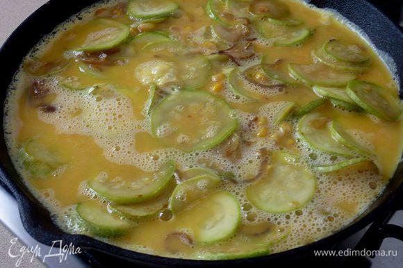 Кабачок тонко нарезать и добавить к луку вместе с кукурузой . Обжарить все еще минут 10 . Посолить .