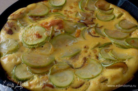 В миске взбить яйца с солью . Залить овощи яйцами , по держать на огне минуты 3 .