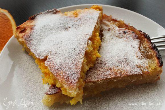 В разогретую до 180 градусов духовку ставим наш пирог и выпекаем в течение 30-40 минут. Затем остужаем пирог, выкладываем на блюдо и посыпаем сверху сахарной пудрой. Приятного аппетита!